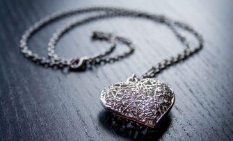 De ce prefera femeile sa poarte bijuterii din argint?